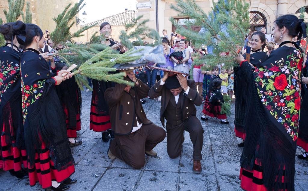 Soria..- 16/08/2011.- Tradicional desfile de La Pinochada en la localidad de Vinuesa (Soria) durante las Fiestas de la Virgen del Pino y San Roque