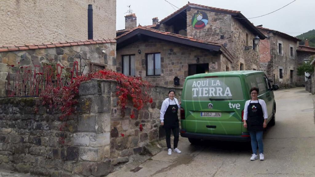 En la imagen, Susana y Angelines, junto a la furgoneta del programa